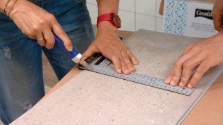 Couvrir le mur de la cuisine avec des carreaux décoratifs Étape 4