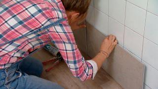 Couvrir le mur de la cuisine avec des carreaux décoratifs Étape 3