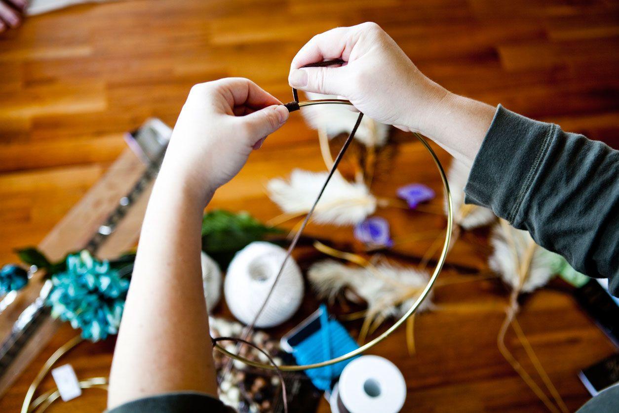 Décorez le cerceau de capteur de rêves avec une corde