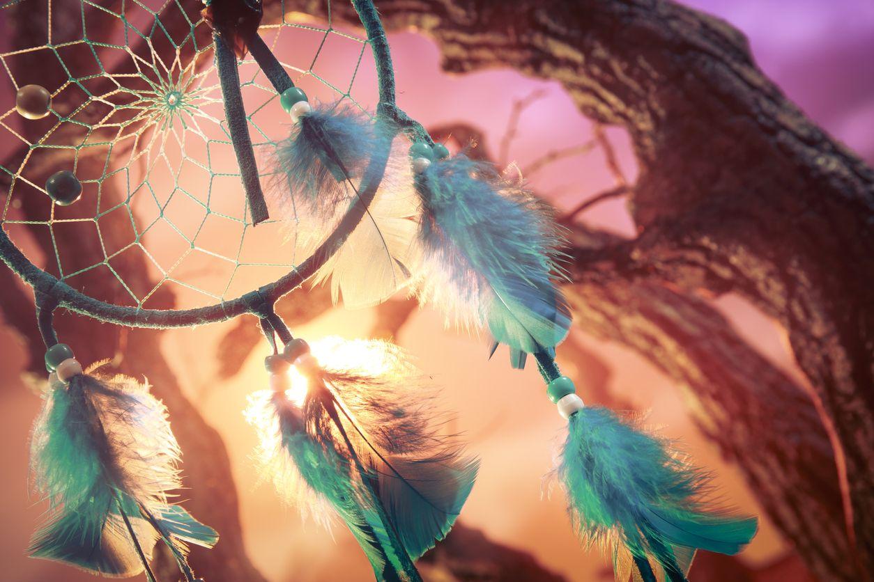 Nouez les plumes de votre capteur de rêves