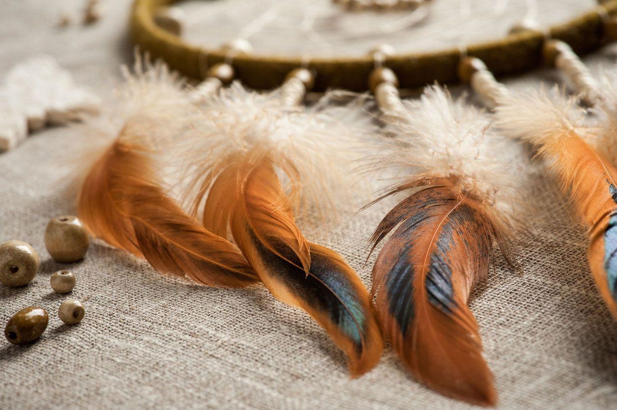 Collez les plumes de votre capteur de rêves sur la ficelle