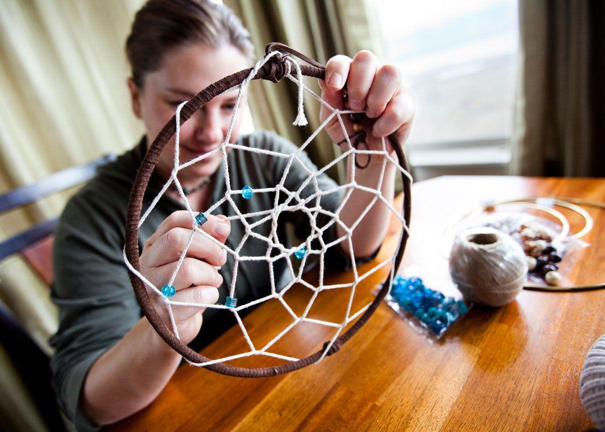 Créez la toile d'araignée de votre capteur de rêves avec du fil