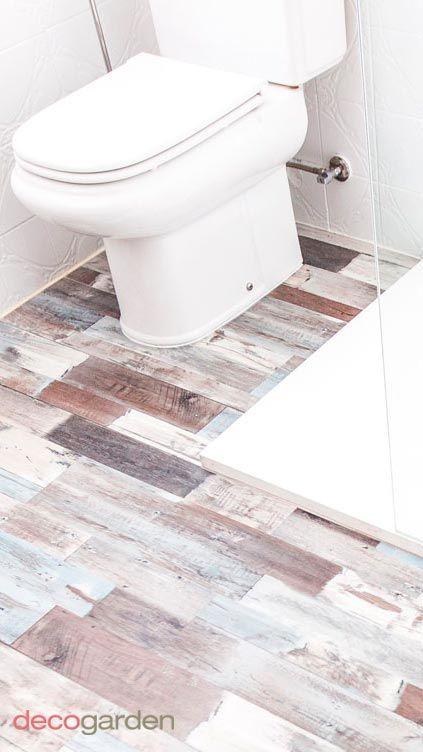 placer des lattes en PVC sur le sol de la salle de bain