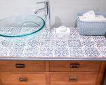 rénover une armoire de salle de bain avec un comptoir de tuiles - résultat