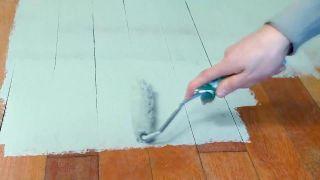 Comment peindre un plancher de bois et des plinthes d'une chambre - Étape 3