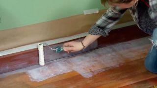 Comment peindre un plancher de bois et des plinthes d'une chambre - Étape 2