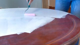 Comment peindre une table à manger en bois vierge - Étape 3