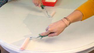 Comment peindre une table à manger en bois vierge - Étape 4