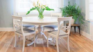 Comment peindre une table à manger en bois vierge - Étape 5