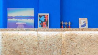 Décorez le mur de la chambre avec une frise OSB avec une étagère lumineuse - résultat
