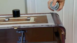 Décorez la vieille malle avec du vinyle et du decopatch - étape 2