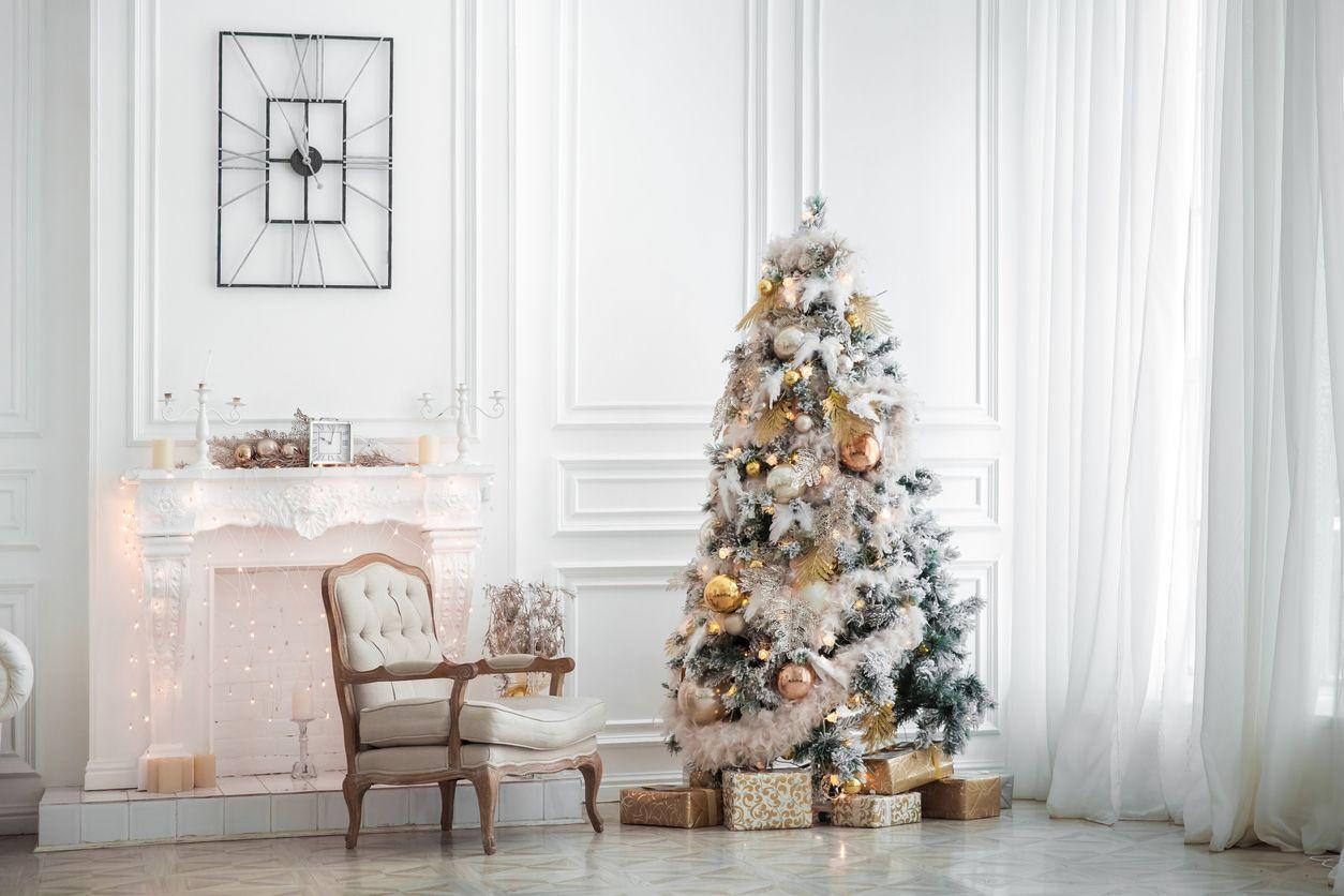 Sapin de Noël avec effet neigeux.