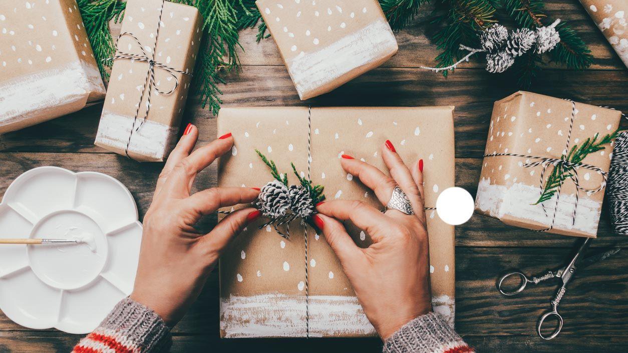 Décorez un cadeau de Noël à l'aquarelle