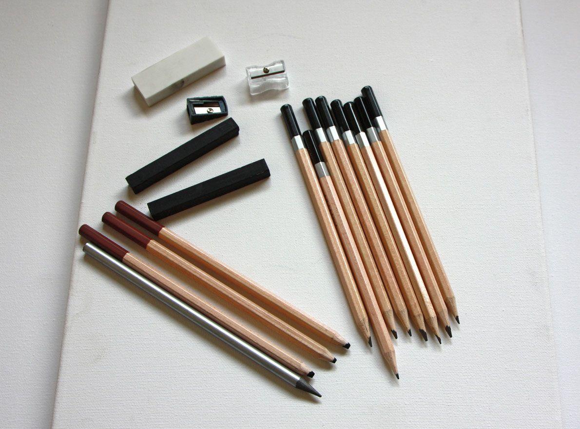 Matériaux à peindre au charbon de bois.