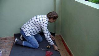 Comment recouvrir un sol carrelé avec des planches imperméables - Étape 2