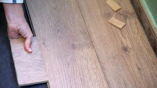 Comment recouvrir un sol carrelé avec des planches imperméables - Étape 6
