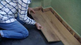 Comment recouvrir un sol carrelé avec des planches imperméables - Étape 5