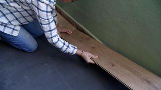 Comment recouvrir un sol carrelé avec des planches imperméables - Étape 4