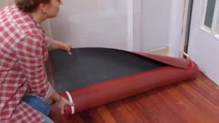 Couvrir le sol et le mur avec des lattes de chêne - étape 2