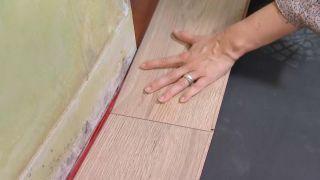 Couvrir le sol et le mur avec des lattes de chêne - étape 3