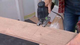 Couvrir le sol et le mur avec des lattes de chêne - étape 5