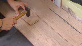 Couvrir le sol et le mur de lattes de chêne - étape 7