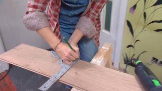 Couvrir le sol et le mur avec des lattes de chêne - étape 4