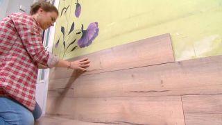 Couvrir le sol et le mur avec des lattes de chêne - étape 9