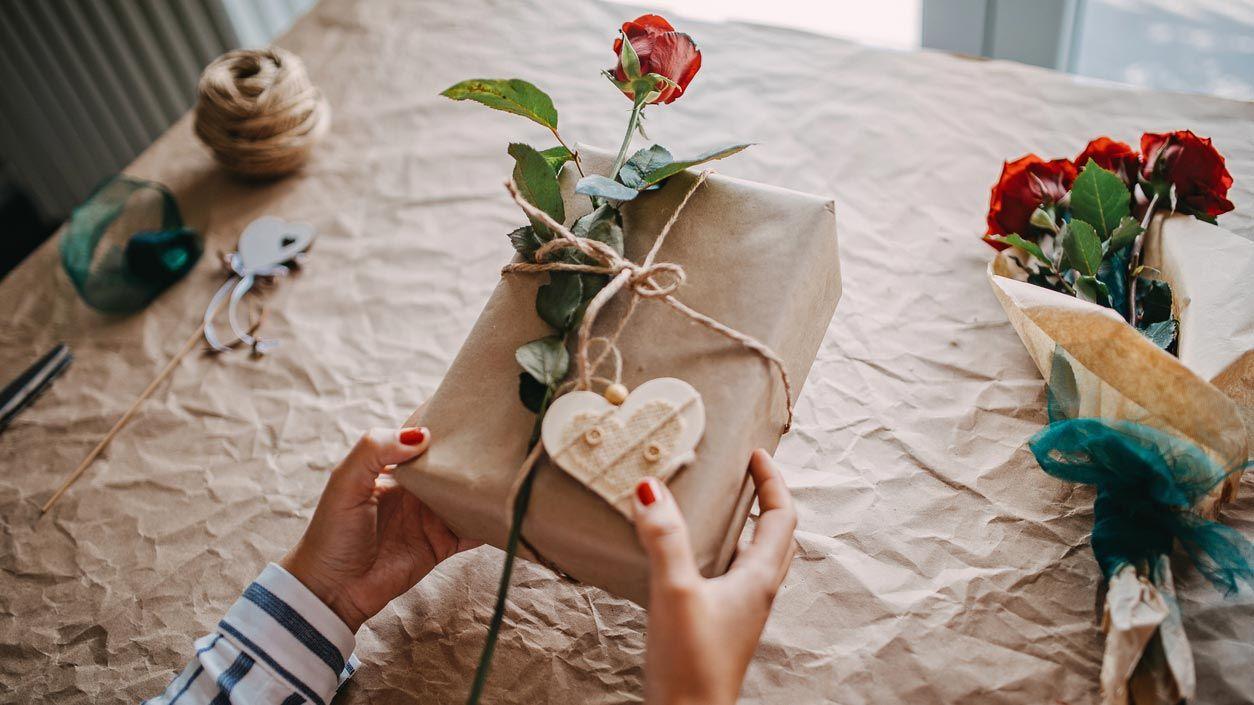 Enveloppez le cadeau de la Saint-Valentin avec une rose