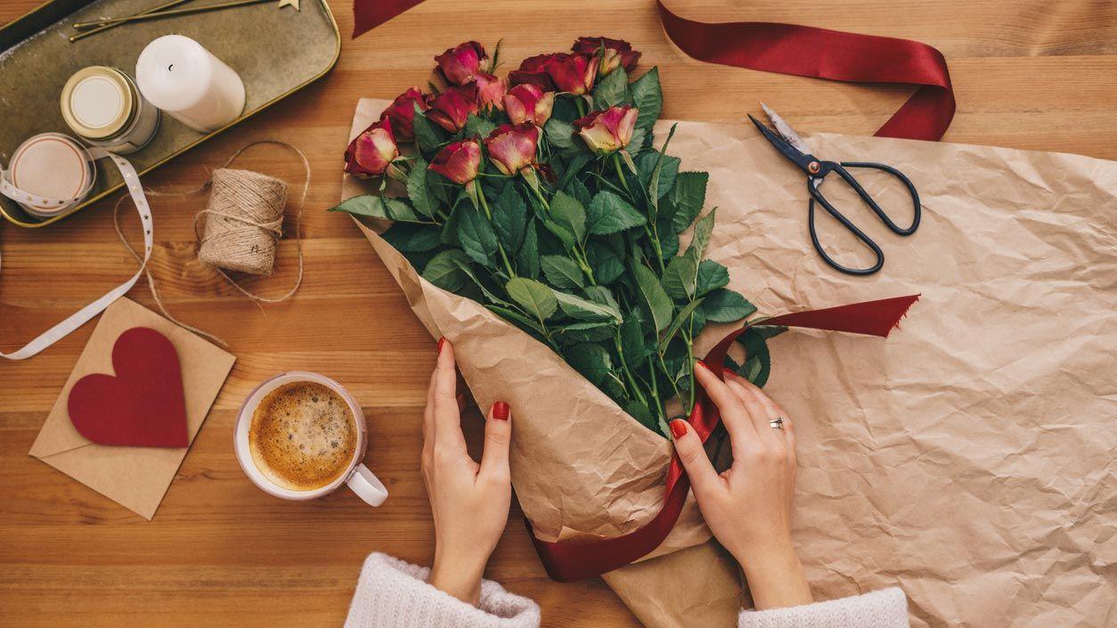 Emballer un bouquet pour la Saint-Valentin