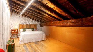 Nous transformons un grenier vide en une chambre bohème et rurale