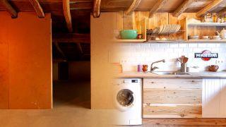 Nous transformons une pièce mansardée vide en une cuisine de campagne en bois