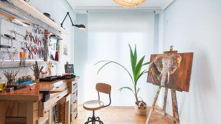 Décorez un atelier de bijoux, de dessin et de peinture cosy