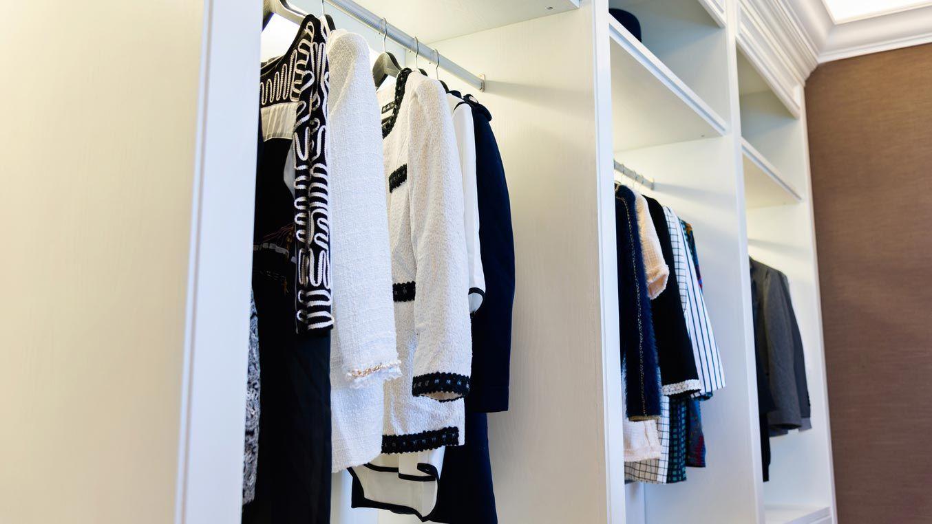 Organisez votre dressing par type de vêtements et couleurs