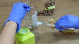 Comment décorer des bocaux Mason avec des feuilles séchées - Étape 1