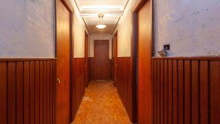 Comment égayer un couloir long, étroit et sombre - Avant