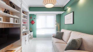 Salon nordique en blanc et vert avec des décorations de Noël
