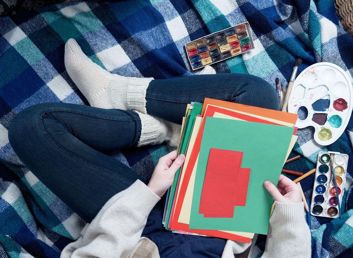 Matériel nécessaire pour réaliser une carte postale de Noël combinant origami et lettrage