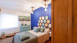 Chambre de style méditerranéen avec tête de lit en bois