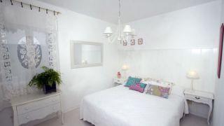 Décorez la chambre dans un style élégant et simple