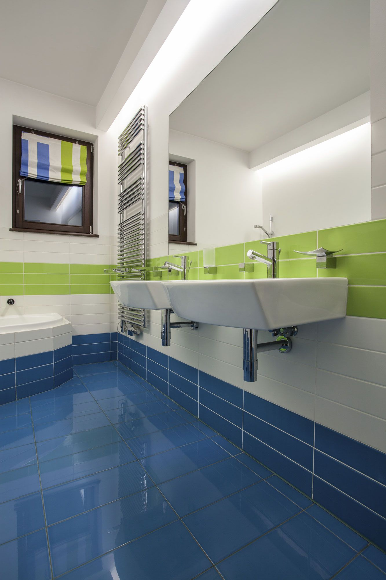 Décor de salle de bain en vert et bleu
