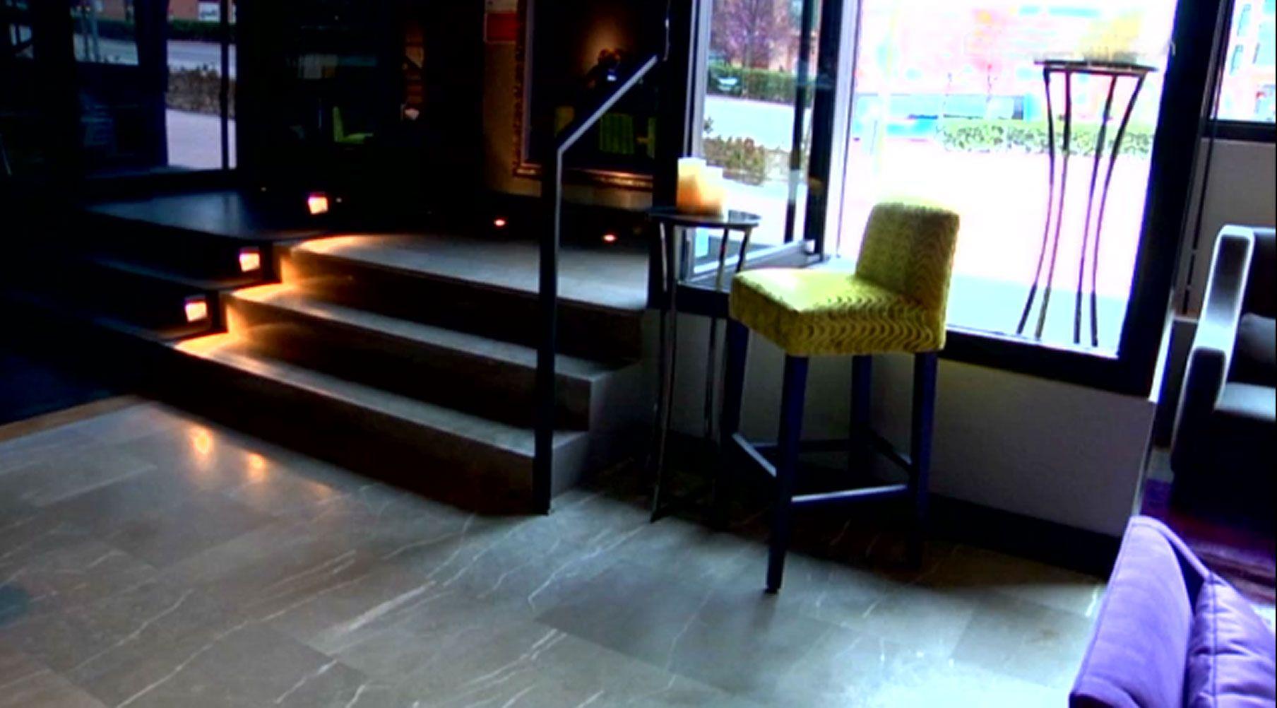 Décoration d'un bar à cocktails moderne et sophistiqué