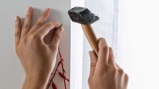 Décorez les fenêtres avec des guirlandes en blanc, rouge et gris - Étape 1