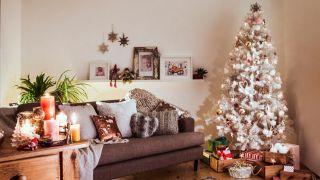 Boules et ornements en argent et or pour un sapin de Noël blanc