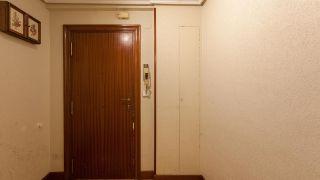 Décorez une petite salle avec des meubles en carton - Avant