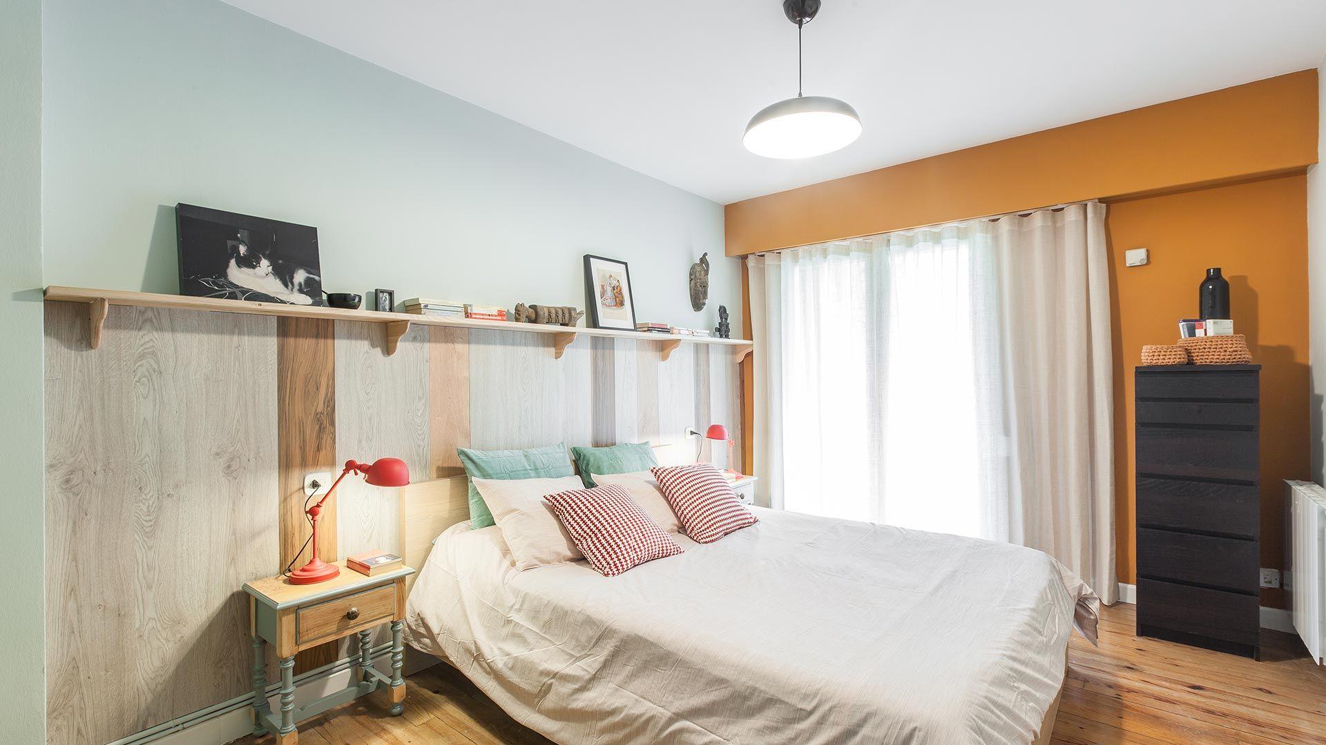 Chambre jaune avec frise en bois
