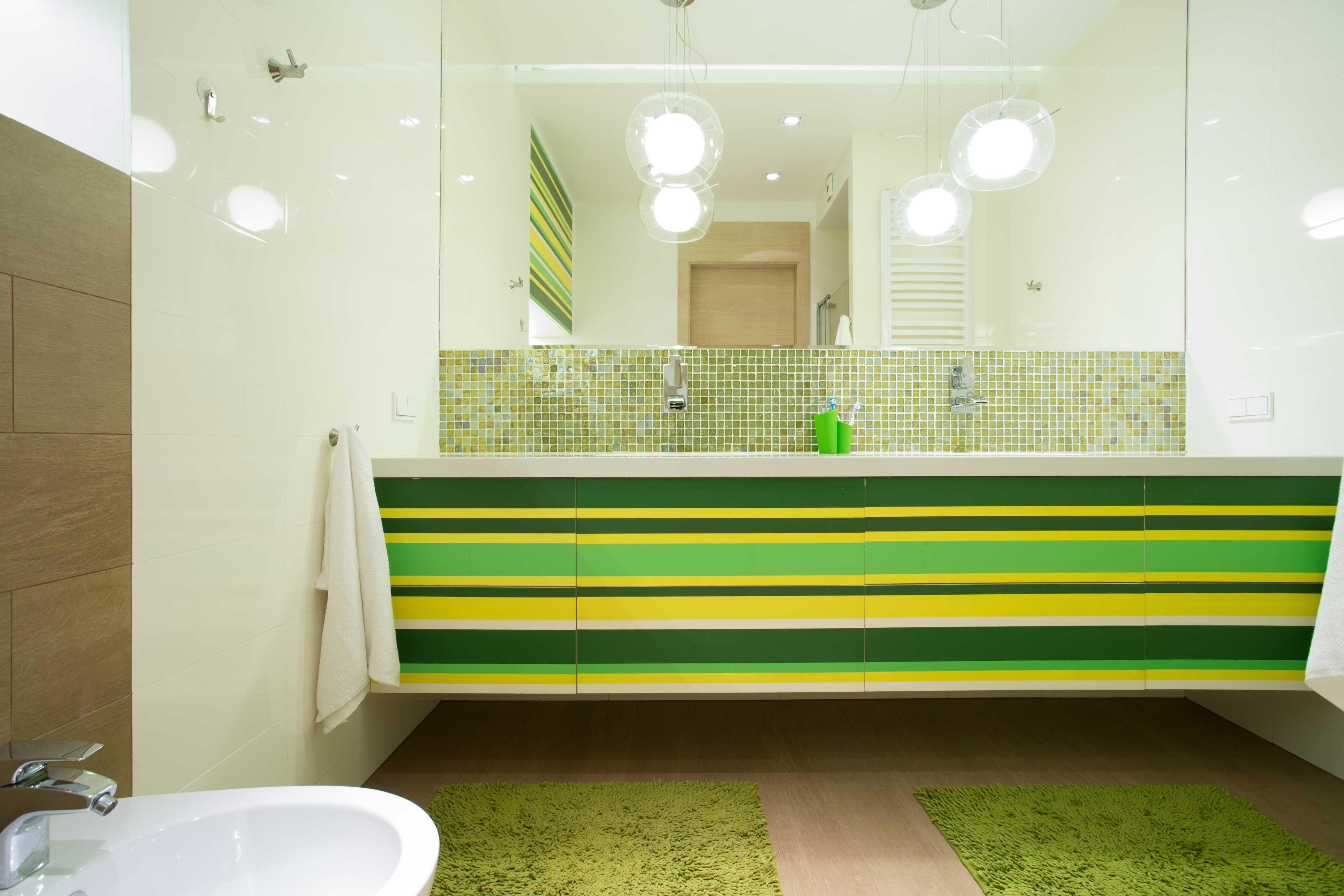Grande salle de bain en vert