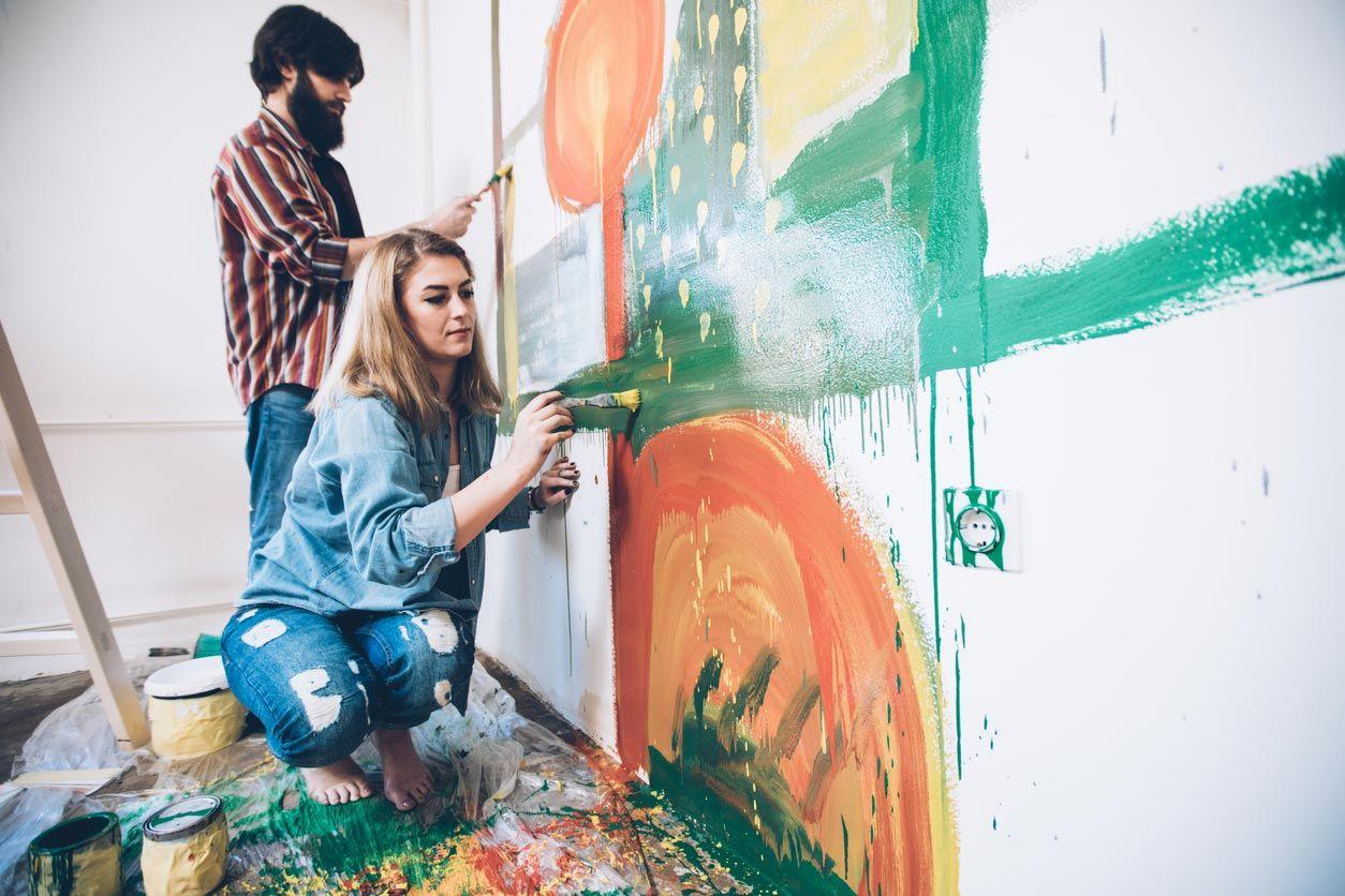 Décorez le mur avec une peinture murale faite à la main