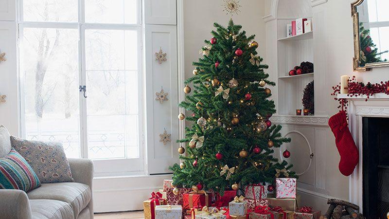 Sapin de Noël classique avec des ornements dans les tons rouges et or.