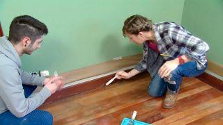 Comment peindre un plancher de bois et des plinthes d'une chambre - Étape 1